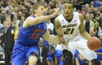 Missouri's Laurence Bowers (21) drives to the basket past Florida's Erik Murphy (33). Bowers lead the scoring for the night with 17 points.